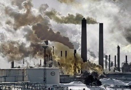 Дым из труб на заводах