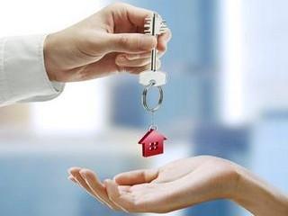 квартира_ключ от квартиры с брелком домик_две руки