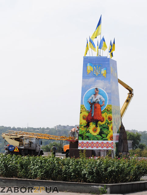 Козак на постаменте Ленина в Запорожье