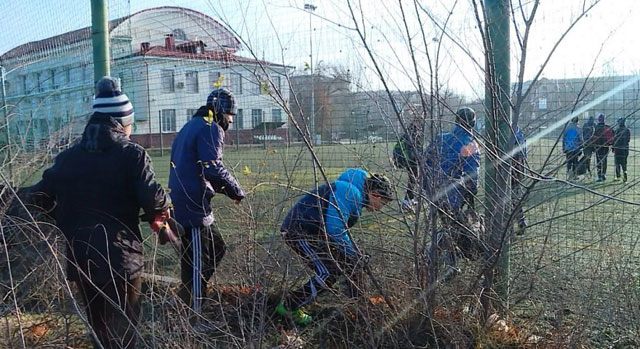 "Футбольная школа ""Металлург"" (дети пролазят через забор)"