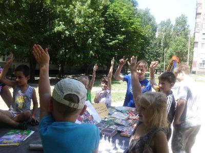 дети во дворе, поднимают руки