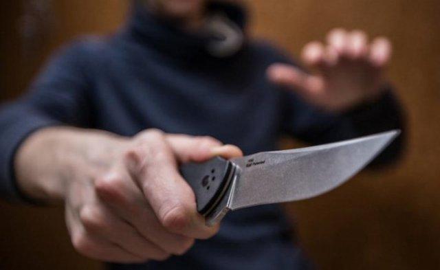 Нож в руке 1